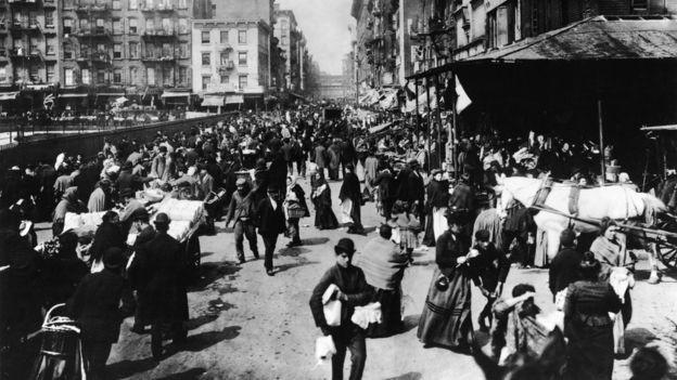 No final do século 19, o Lower East Side de Nova York era um bairro habitado por uma multidão de imigrantes (Foto: GETTY IMAGES via BBC)