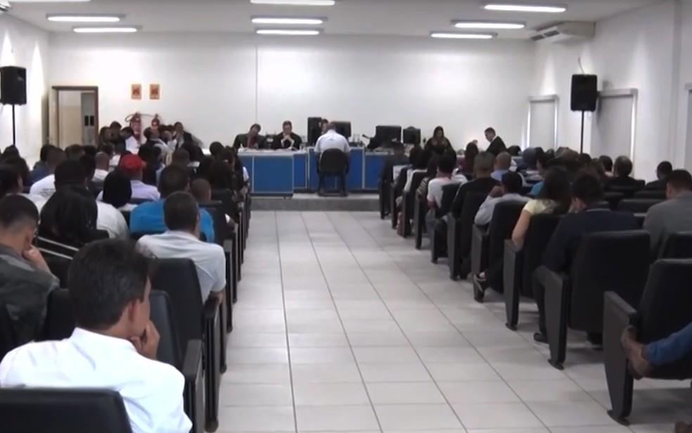 Júri de policiais apontados por matar comerciante em 2010, na cidade de Teixeira de Freitas — Foto: Reprodução/TV Santa Cruz