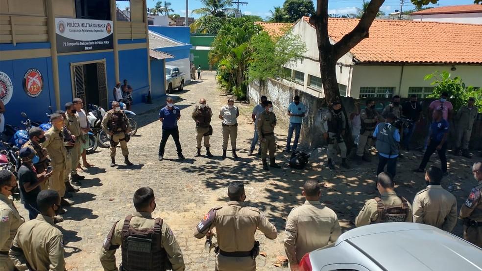 Policiais do sul da Bahia fazem homenagem a PM morto após atirar em policias em Salvador — Foto: Izabella Reis / TV Santa Cruz