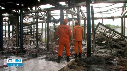 Bombeiros fazem perícia em escola que pegou fogo em Branquinha, AL