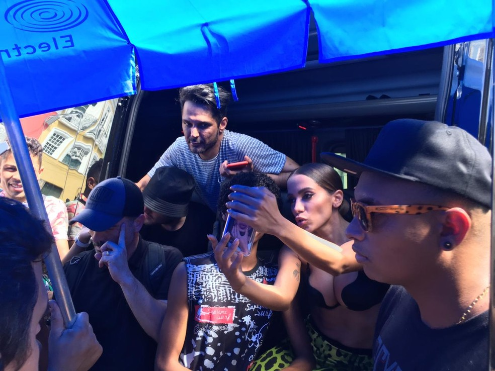 Anitta tirou foto com fã nesta quinta-feira (13), durante gravação do clipe em Salvador — Foto: Itana Alencar/G1
