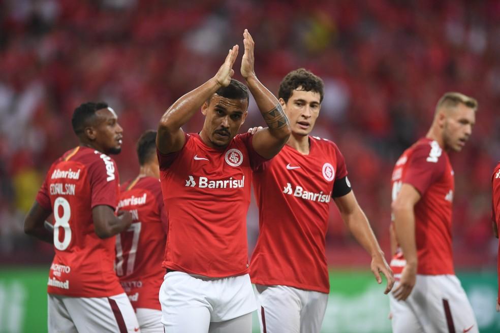 Pottker e Rodrigo Dourado comemoram com torcida no Beira-Rio — Foto: Ricardo Duarte/Divulgação Inter