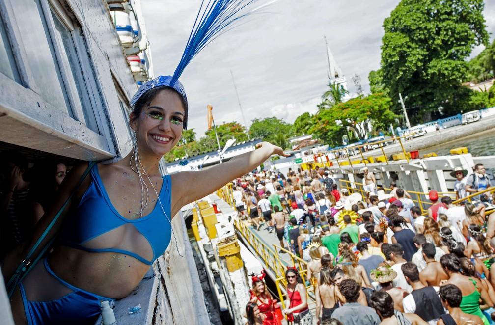 Folia em Paquetá: foliões deixam a barca para o bloco Pérola da Guanabara (Foto: Gabriel Monteiro/Riotur)