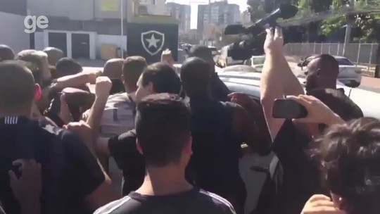 """""""Libertadores é obrigação"""": torcida do Bota protesta e cerca carro de Bruno Silva"""
