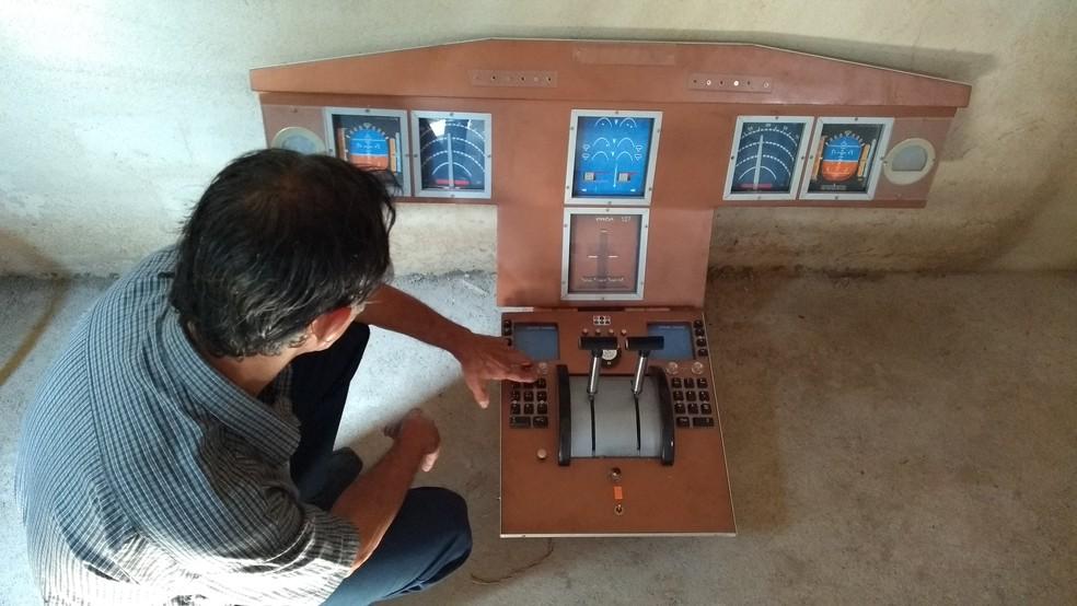Depois de ver de perto o painel em cabine de avião, Geraldo fala de ajustes que serão necessários em protótipo (Foto: Jheniffer Núbia / G1)
