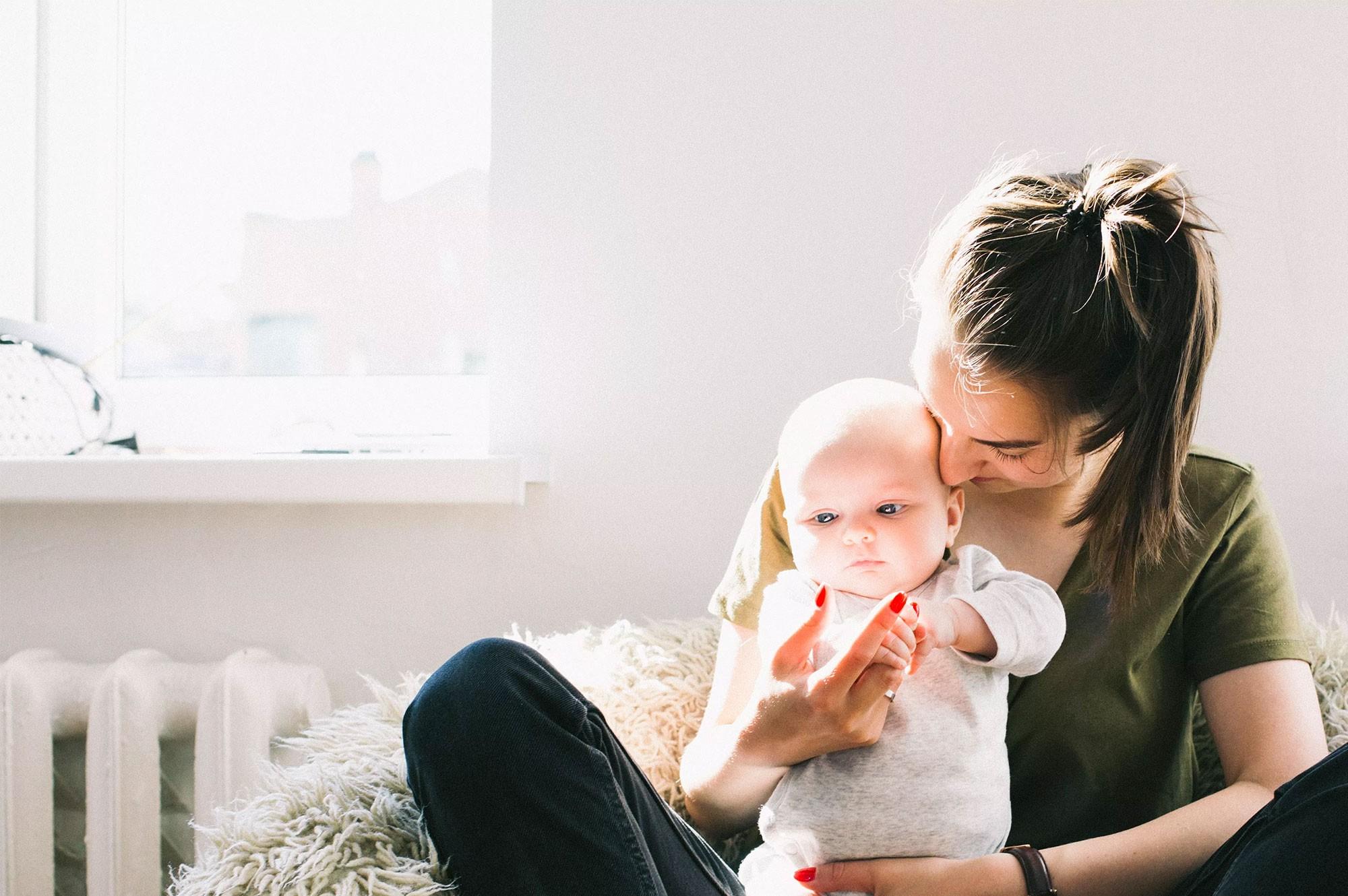 Mãe com bebê no colo (Foto: Pexels)
