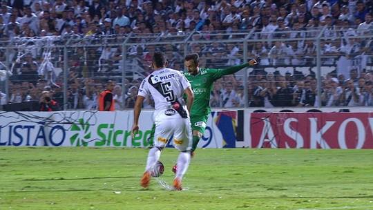 Thiago Ribeiro arrisca um foguete de fora da área, A bola vai na rede pelo lado, aos 19' do 1º tempo