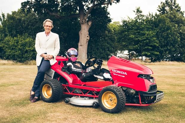 O duque Charles Gordon-Lennox posa ao lado da pilota Jess Hawkis e o Mean Mower (Foto: Divulgação)