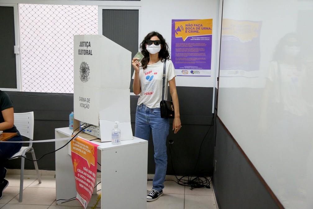 Bruna Marquezine vota no Rio de Janeiro — Foto: Francisco Silva/AgNews