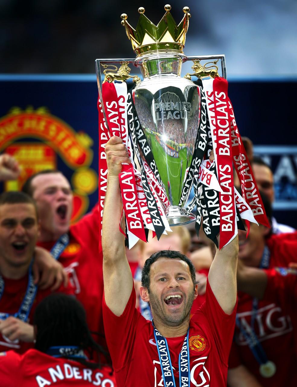 Giggs ergue o troféu da Premier League pelo Manchester United em 2008 — Foto: Getty Images