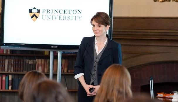 Tina Fey é Portia, que trabalha no escritório de candidaturas da universidade de Princeton (EUA), no filme A Seleção (2013) (Foto: Reprodução )