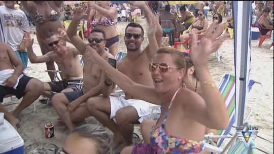 Carnaval reúne cerca de cinco mil pessoas no Centro de Bertioga, SP