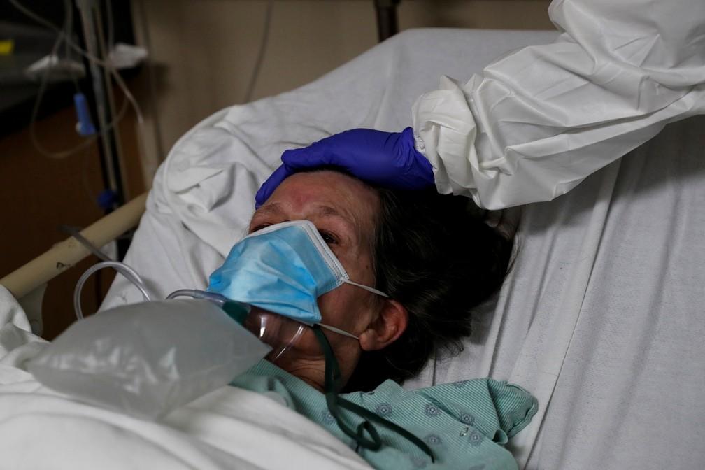 Paciente internada com Covid-19 é confortada por enfermeira em Chicago, nos EUA — Foto: Reuters/Shannon Stapleton