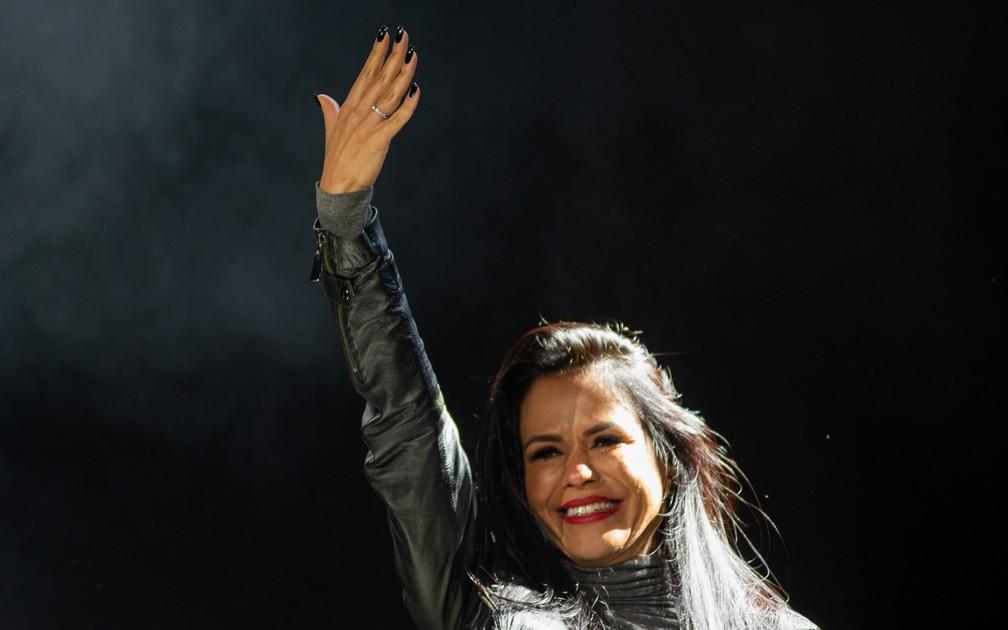 Namorada de vocalista do Raimundos mostra o anel de noivado para o público do João Rock 2019 — Foto: Érico Andrade/G1