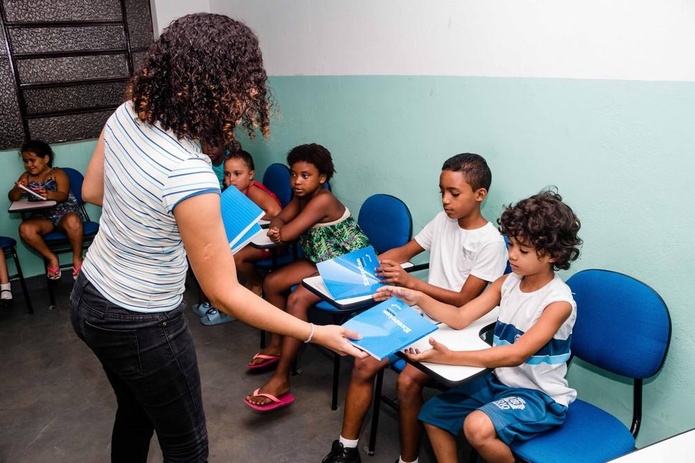 Crianças recebem livros didáticos comprados pela professora radicada na Inglaterra (Foto: Reprodução / Redes Sociais)