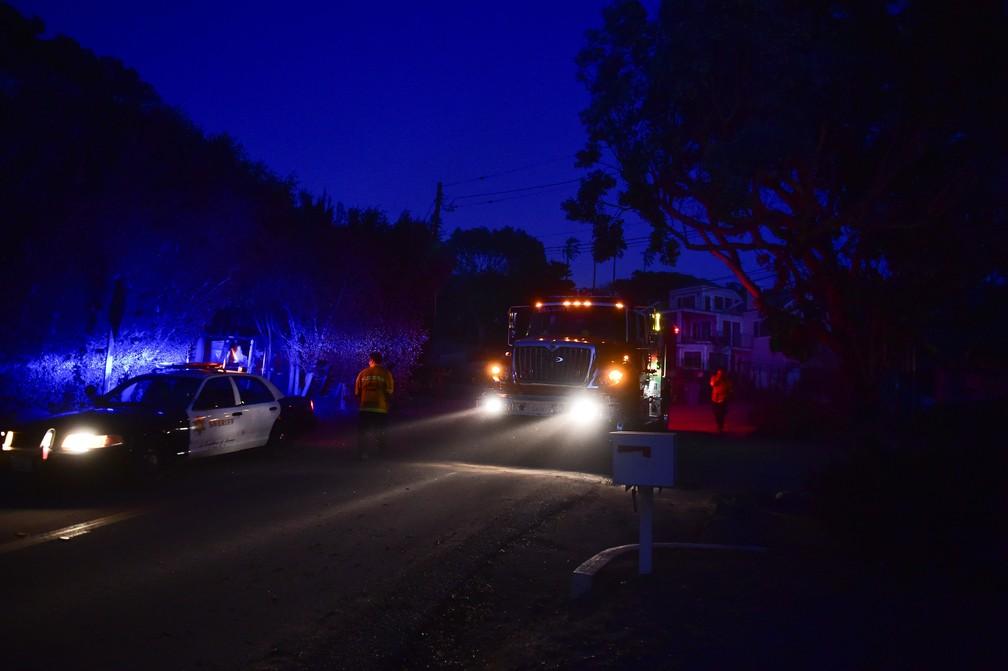 Bombeiros chegam ao entardecer de segunda-feira (12) ao Point Dume em Malibu, na Califórnia — Foto: Robyn Beck / AFP