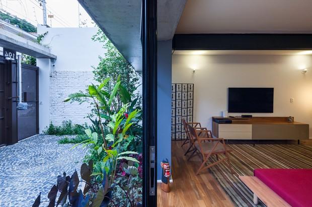 A garagem do projeto também foi integrada á sala de estar, contribuindo para aumentar a iluminação natural do ambiente (Foto: Pedro Vannucchi)