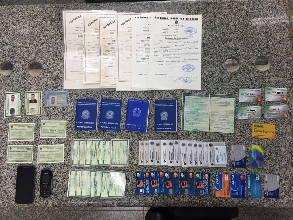 Documentos forjados pelo estelionatário; há cartões de crédito, RGs, certidões e carteiras de trabalho (Foto: Polícia Civil/Divulgação)