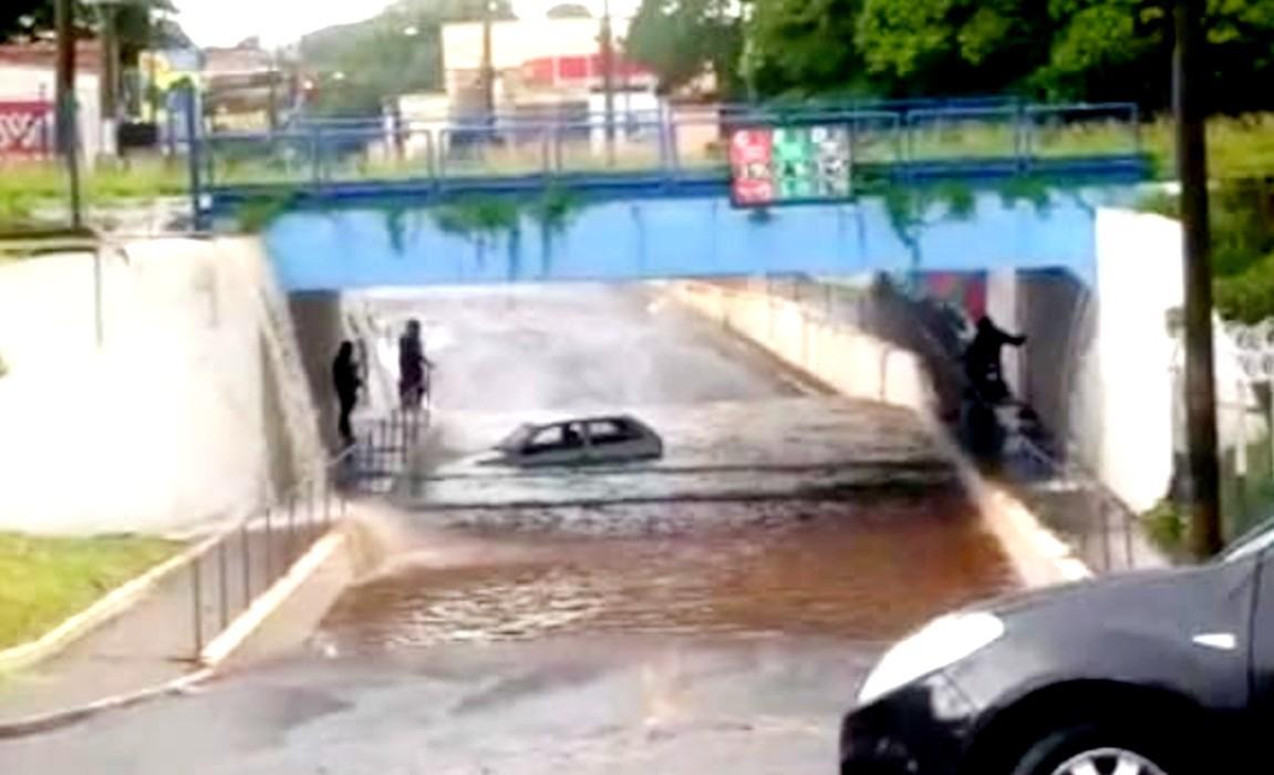 Chuva forte alaga ruas e arrasta veículos em Assis