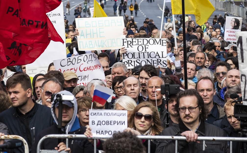 Manifestantes pedem liberdade de prisioneiros políticos em Moscou (Foto: Evgeny Feldman/AP)