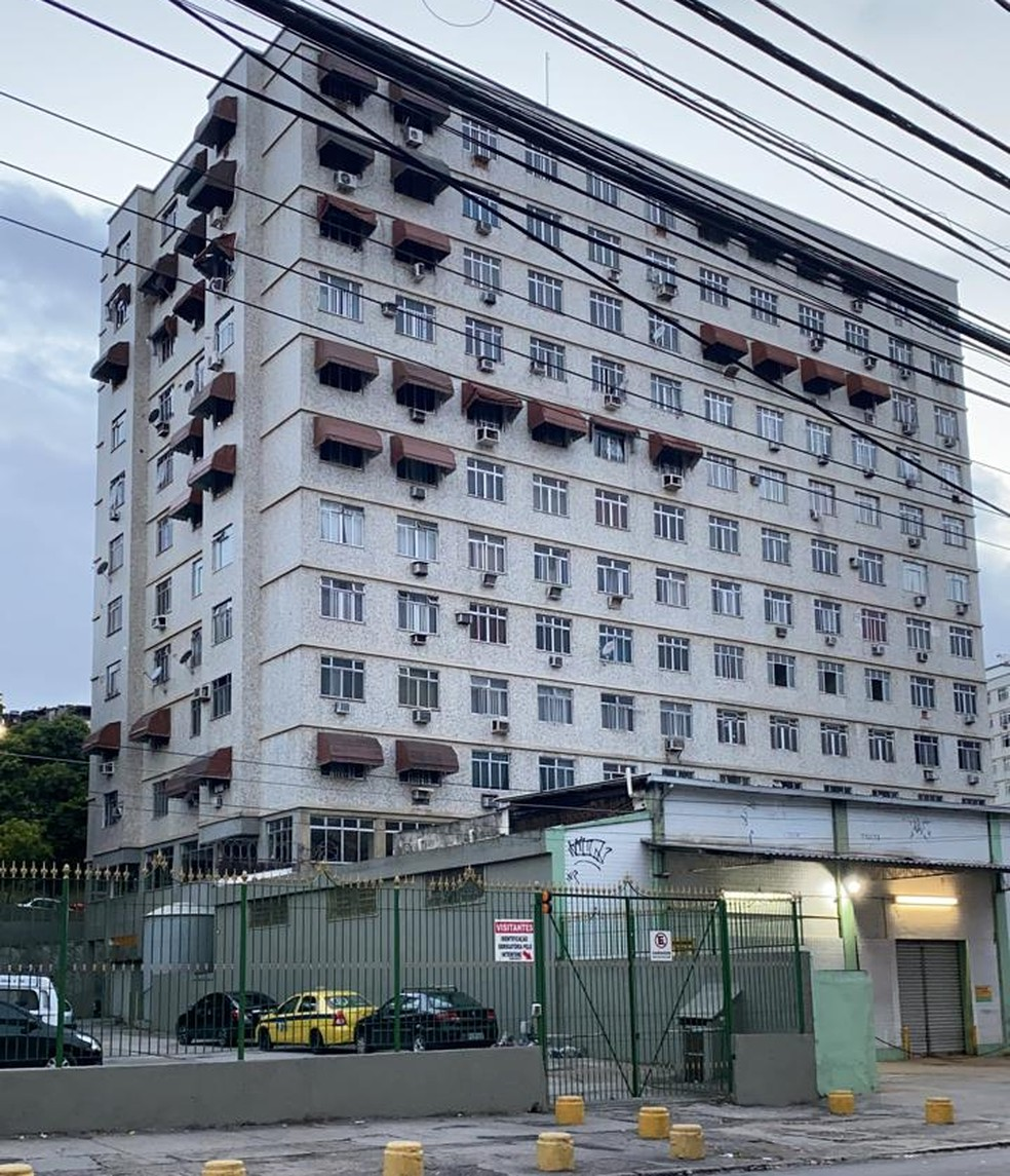 PF cumpre mandado de busca em condomínio de Olaria — Foto: Ben-Hur Correia/TV Globo