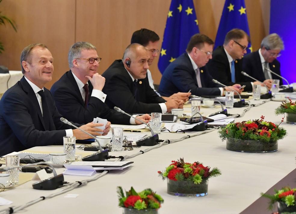 Presidente do Conselho Europeu, Donald Tusk, participa de encontro de líderes da União Europeia nesta sexta-feira (15) (Foto: Geert Vanden Wijngaert/ AP)