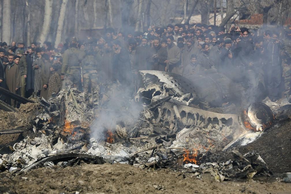 Destroços de avião indiano que caiu na área de Budgam, na Caxemira indiana — Foto: AP Photo/Mukhtar Khan