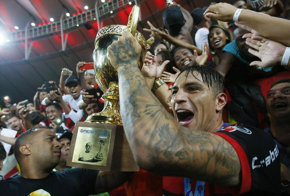 Guerrero comemora título do Carioca de 2017: único troféu pelo clube (Foto: André Durão)