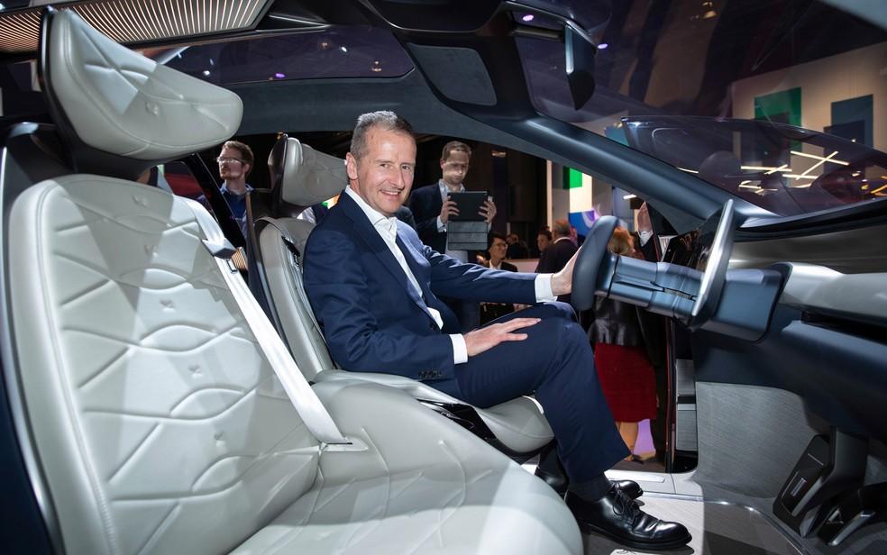 Herbert Diess, presidente do Grupo Volkswagen, dentro do ID Roomzz, conceito apresentado em Xangai — Foto: Divulgação