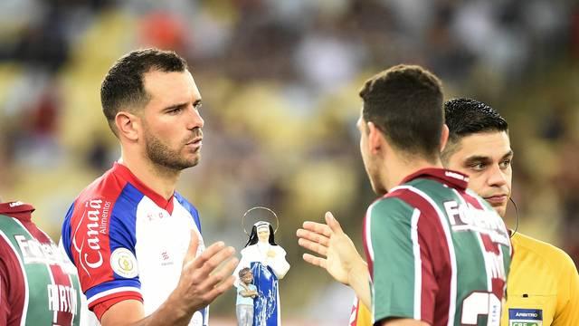 Lucas Fonseca e Nino se cumprimentam antes do jogo