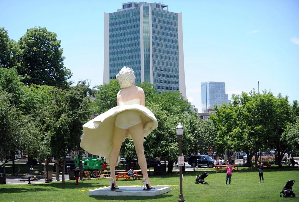 Estátua de Marilyn Monroe com calcinha à mostra próximo a igreja gera polêmica nos EUA (Foto: Matthew Brown/Hearst Connecticut Media via AP)