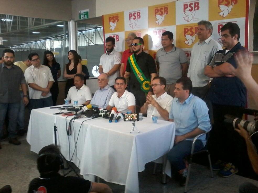 David Almeida (sentado, terceiro da esquerda para a direita) anuncia candidatura ao governo do AM (Foto: Ive Rylo/G1 AM)