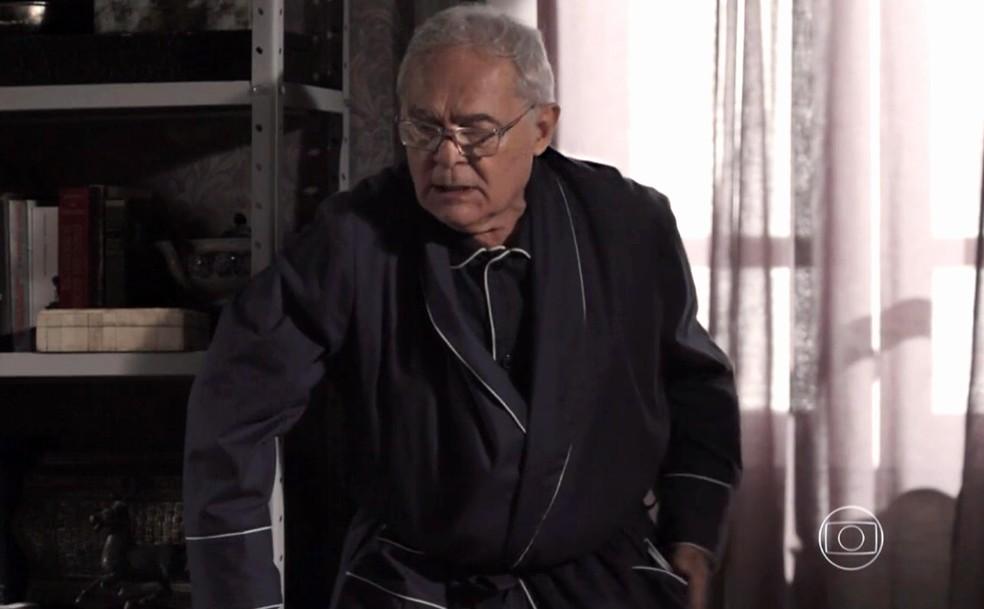 Silviano (Othon Bastos) fica aflito com sumiço do álbum de lembranças antigas - 'Império' — Foto: Globo