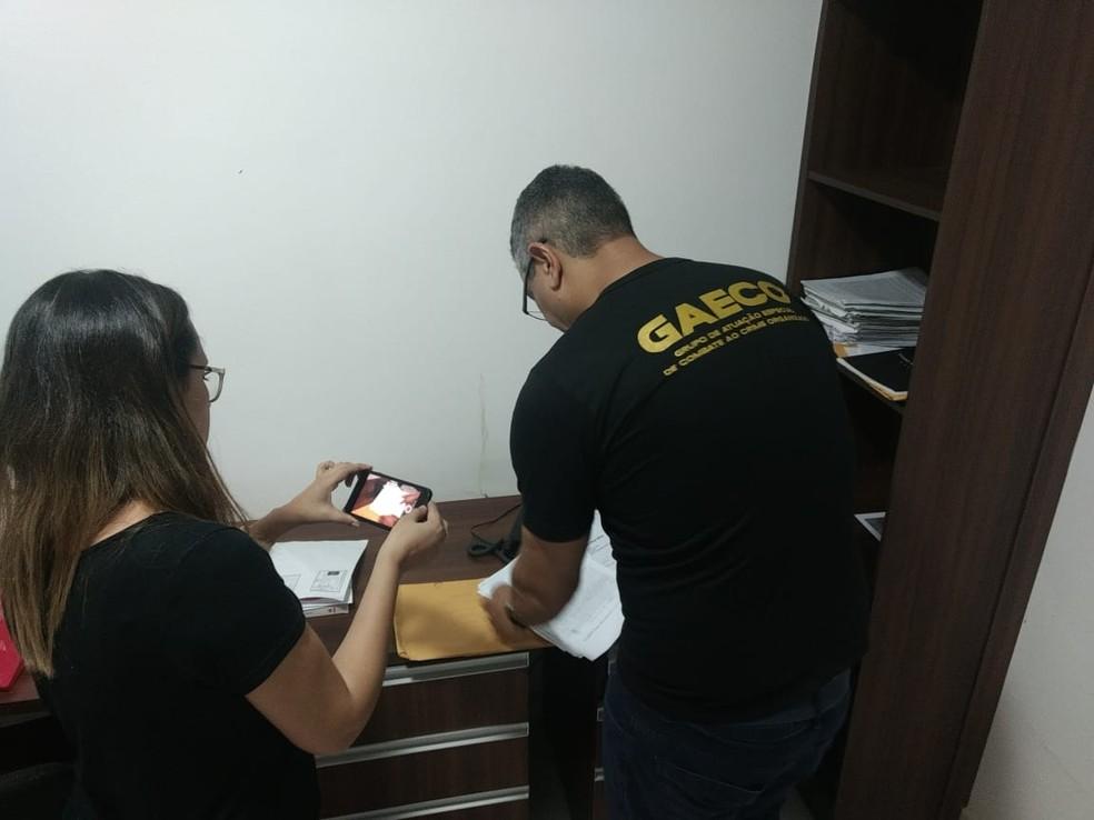 Policiais e agentes do Gaeco fizeram buscas em escritório de advogados investigados por golpes no Piauí — Foto: Divulgação/ Gaeco
