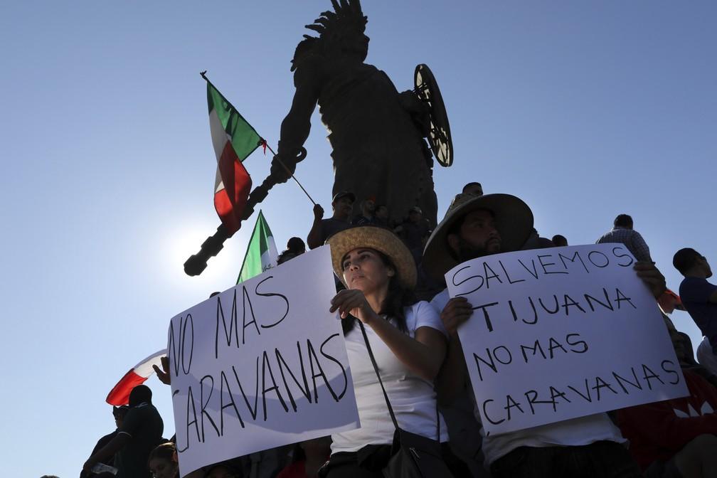 Moradores de Tijuana, no México, protestam contra caravana de migrantes — Foto: Rodrigo Abd/AP Photo
