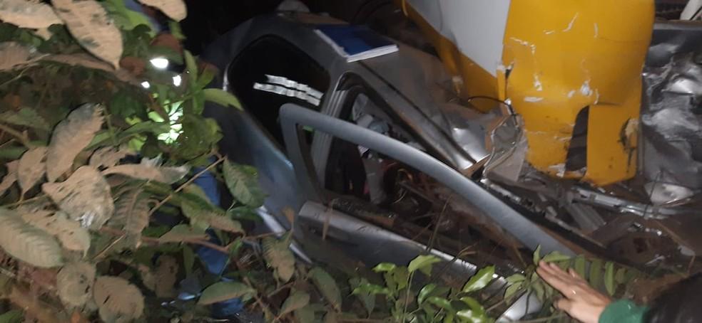 O carro onde estava a vítima ficou preso debaixo da carreta — Foto: Divulgação