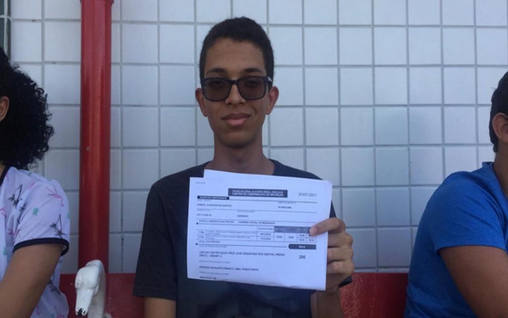 ENEM 2018 - DOMINGO (4) - Aracaju (SE) - Estudante é o primeiro a chegar ao Centro Educacional José São Sebastião dos Santos — Foto: Anderson Barbosa/G1