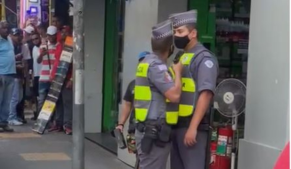 Policial militar aponta arma para outro agente durante discussão na Rua Santa Ifigênia, no Centro de São Paulo — Foto: Reprodução/Redes sociais