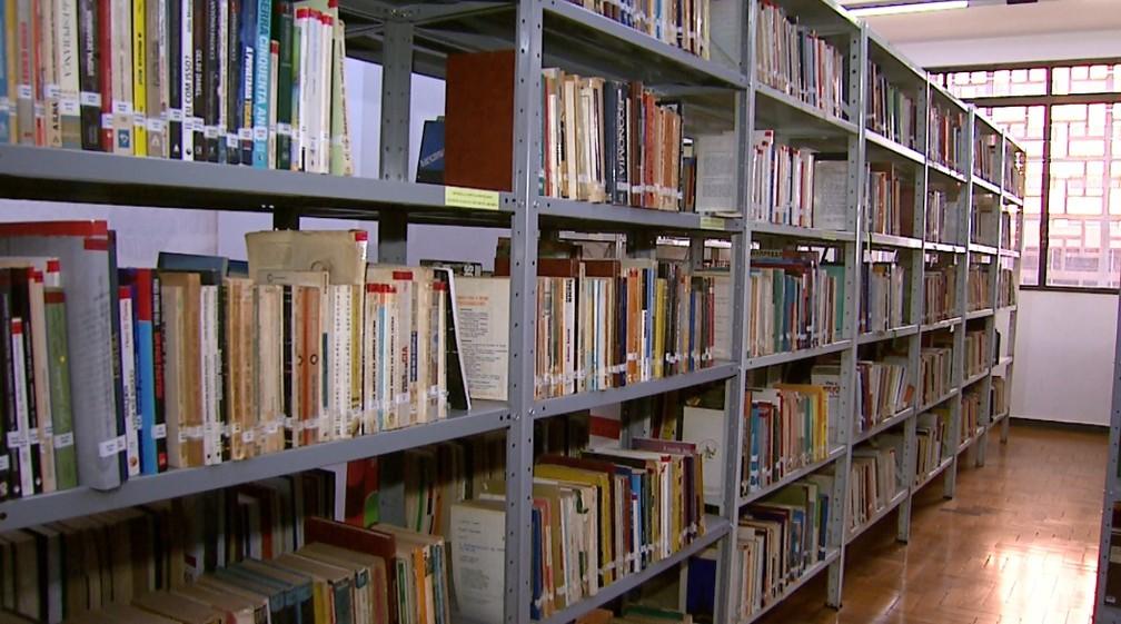 Estante da Biblioteca Padre Euclides em Ribeirão Preto — Foto: Antônio Luiz/EPTV