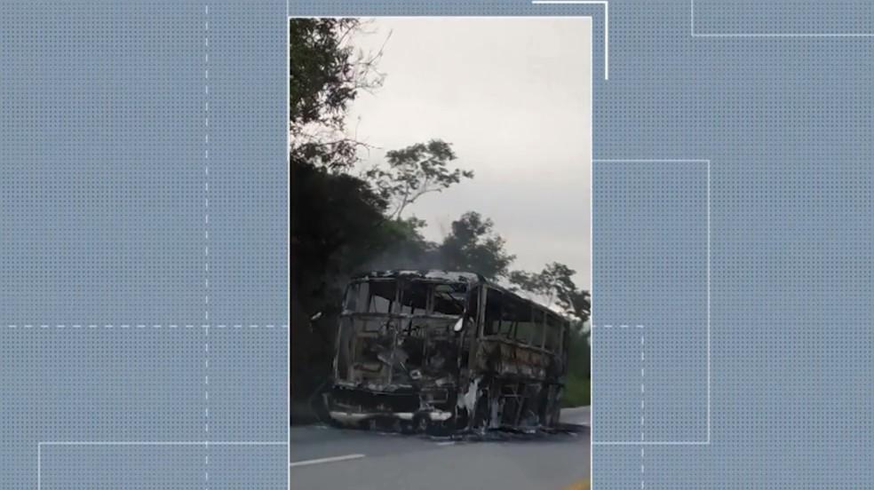 O ônibus ficou totalmente destruído com o incêndio. Ninguém ficou ferido. — Foto: Reprodução / TV Oeste