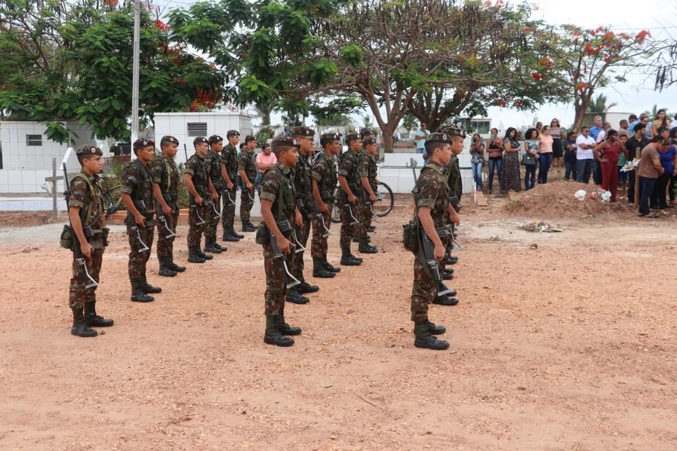 Militares do Exército homenagearam médico durante enterro — Foto: Alan Milhomem /Voz do Bico