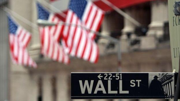 A manipulação financeira está no coração de muitas teorias da conspiração (Foto: Getty Images via BBC)