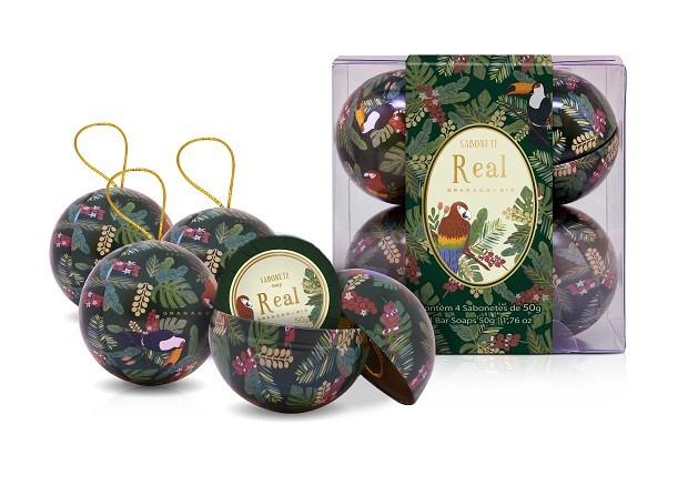 No clima de Natal, este kit de sabonetes com base vegetal e enriquecido com manteiga de Murumuru tem o diferencial na embalagem: são quatro latas em formato de bolas de árvore de natal, com um sabonete de 50g em cada. Granado, R$58,00. (Foto: Divulgação)