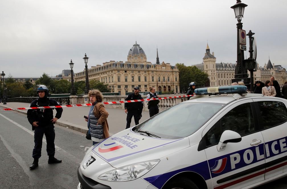 Polícia francesa isola área em frente à sede da Polícia de Paris em Paris, na França, nesta quinta-feira (3)   — Foto: Philippe Wojazer/ Reuters