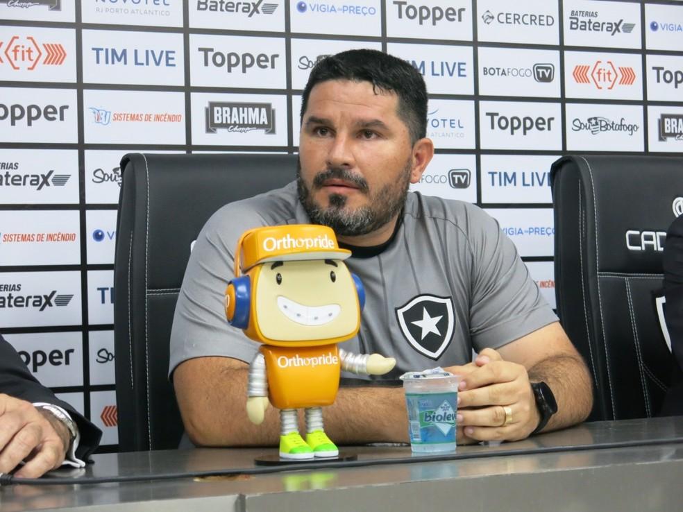 Eduardo Barroca é apresentado pelo Botafogo — Foto: Edgard Maciel de Sá/GloboEsporte.com