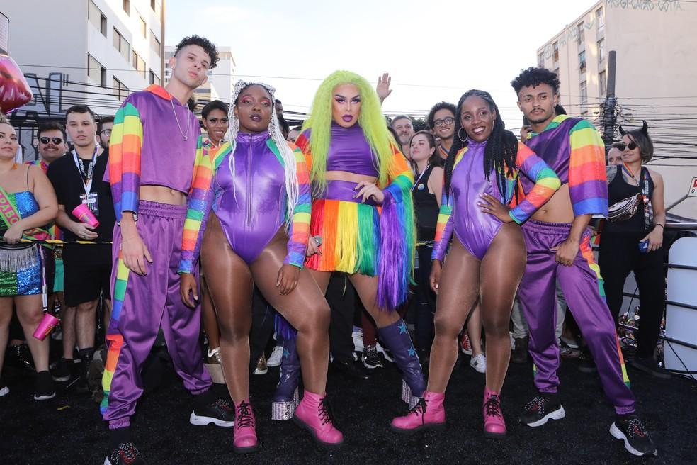 A cantora Gloria Groove posa com seus bailarinos no trio elétrico da Parada LGBT â?? Foto: Celso Tavares/G1