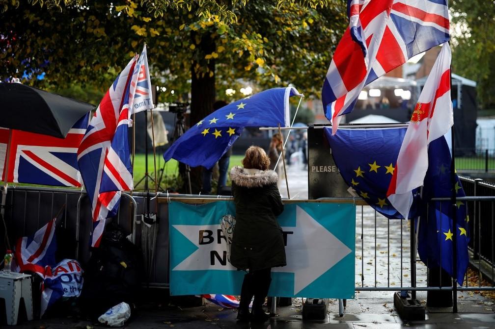 Manifestantes favoráveis e contrários ao Brexit penduraram bandeiras nos arredores do Parlamento do Reino Unido, em Londres — Foto: Tolga Akmen/AFP