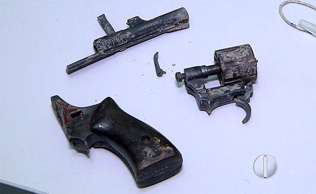 Revólver foi tomado do adolescente e quebrado na cabeça dele; arma ficou em pedaços  (Foto: Reprodução/Inter TV Cabugi)