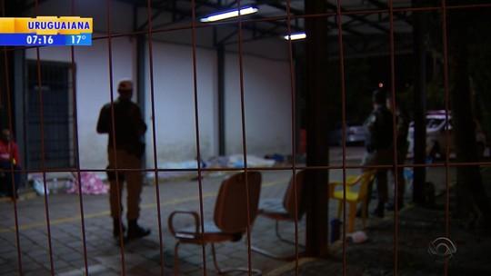 Presos passam a noite acorrentados do lado de fora de delegacia em Novo Hamburgo