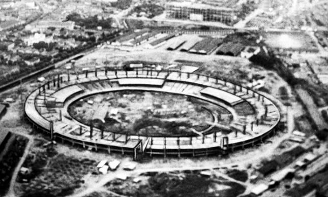 Vista aérea da obra do Maracanã, em abril de 1949